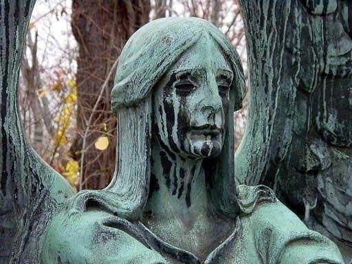 Статуя черного ангела