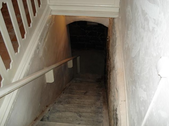 Как сделать вход из подвала дома в дом