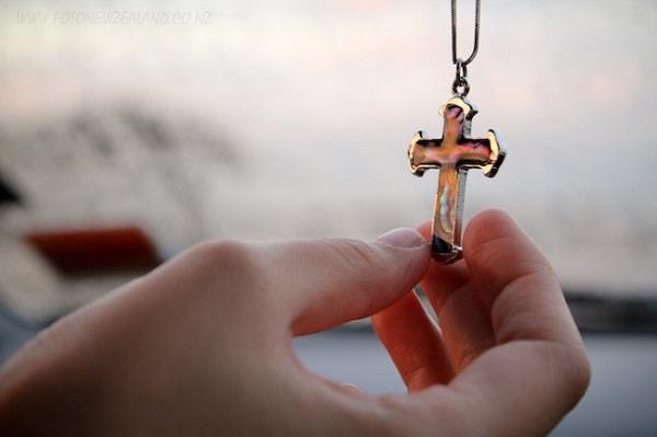 Потерять или найти крестик к чему это Вера и надежда  картинка