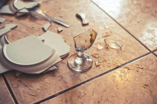 К чему бьется посуда в доме Приметы  картинка