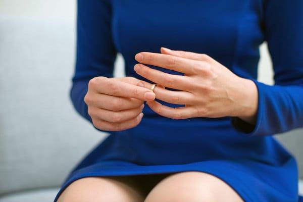Что делать с обручальным кольцом после смерти мужа Приметы  картинка