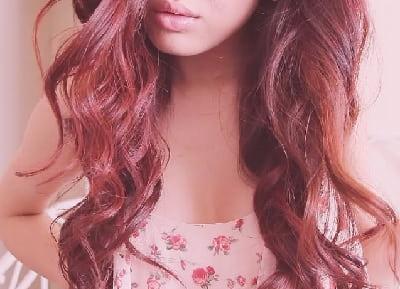 Девушка с волосами цвета смолы