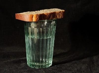 Стакан воды и хлеб для умершего