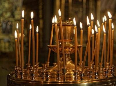Сколько свечей, кому и как нужно ставить в церкви